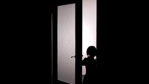 Ein Mädchen öffnet eine Tür