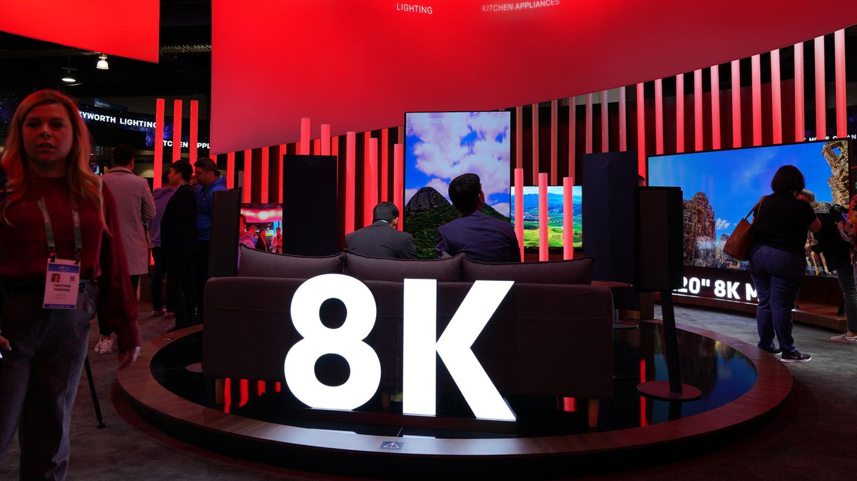 Scharf, schärfer, 8K  In den Wohnzimmern haben sich 4K-Fernseher erst so richtig durchgesetzt, da setzt die Branche nun auf Nachfolgemodelle mit 8K-Auflösung. Die ultrascharfen Displays quetschen auf dieselbe Fläche viermal so viele Bildpunkte wie ein 4K-Fernseher - oder 16-mal mehr als Full-HD. Technisch ist das fraglos beeindruckend, bislang fehlt es allerdings immer noch an Inhalten. Im klassischen Fernsehen wird nicht einmal in 4K ausgestrahlt, die meisten Streamingdienste unterstützen ebenfalls kein 8K. Der erste große Testlauf wird vermutlich die Ausstrahlung der diesjährigen Olympischen Sommerspiele in Japan.