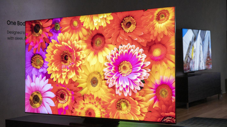 """Der Fernseher verschwindet  Der Trend zu rahmenlosen Bildschirmen zeichnet sich bereits seit Jahren ab. Nun dürfte Samsung nah an die Grenze des Machbaren gekommen sein: Das diesjährige Topmodell der 8K-Fernseher - der Q950TS - besitzt ein nahezu rahmenloses Design. Dem Hersteller zufolge bedeckt der Bildschirm rund 99 Prozent der Vorderseite des Fernsehers. Links, rechts und oben lässt sich das Gehäuse bei schummrigem Licht nur bei genauem Hinschauen ausmachen, lediglich am unteren Rand erkennt man einen dünnen schwarzen Balken. Samsung nennt den neuen Bildschirm """"Infinity Screen"""". Unklar ist jedoch, ob und wie sich der schlanke Rahmen auf die Bildschirmqualität in den Randbereichen und die Stabilität auswirkt."""