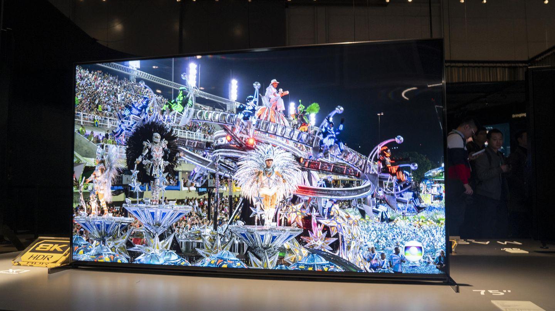 """Es wird noch größer  55 Zoll war vor ein paar Jahren die am meisten verkaufte Bildschirmgröße bei neuen Fernsehern. Im vergangenen Jahr verlagerte sich der Trend zu den 65-Zöllern - und in diesem Jahr bekommen wir noch größere Displays im Einzelhandel zu sehen. Experten erwarten eine Vielzahl von Modellen zwischen 75 und 85 Zoll, die in bezahlbare Preisregionen rutschen. Fragt sich bloß: Wo soll man die XXL-TVs nur hinstellen? Den Größenrekord dürfte übrigens Samsung erreicht haben: Der Konzept-TV """"The Wall"""" erstreckt sich auf bis zu 292 Zoll, die Bildschirmdiagonale misst also 7,41 Meter."""