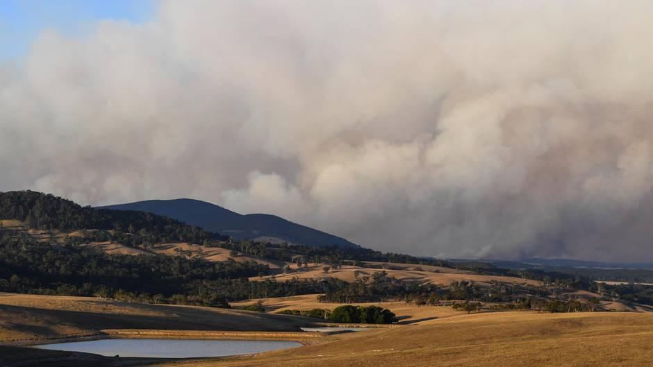 Dichter Rauch steigt von einem Buschfeuer in Australien auf