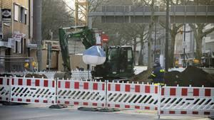 Ein Bagger steht an einem der Bomberverdachtspunkte in der Dortmunder Innenstadt