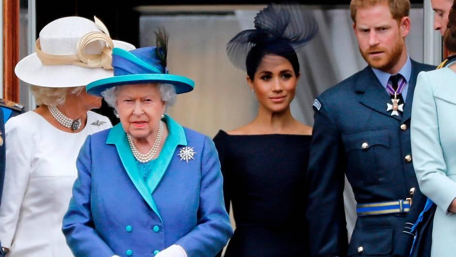 Queen Elizabeth II., Herzogin Meghan undPrinz Harry (v. l.)