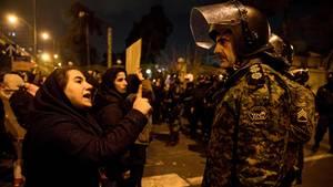 Iran, Teheran: Eine Frau spricht im Rahmen einer Nachtwache mit einem Polizisten
