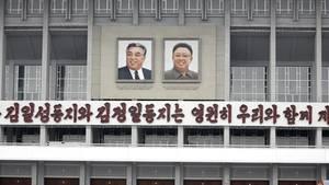 Bilder von Kim Il-Sung und Kim Jong-Il