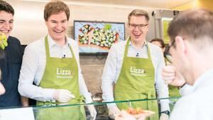 Die Lizza-Investoren Carsten Maschmeyer (links) und Frank Thelen als Pizzaverkäufer