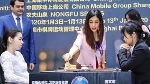 Schach-WM Schiedsrichterin Shohreh Bayat aus dem Iran greift in die Partie ein
