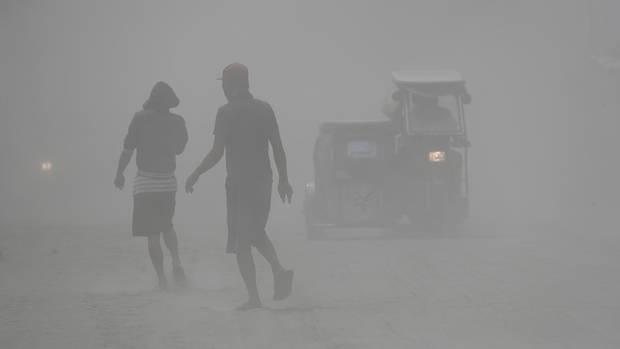 Die Asche des Vulkans Taal ist in der umliegenden Region niedergegangen