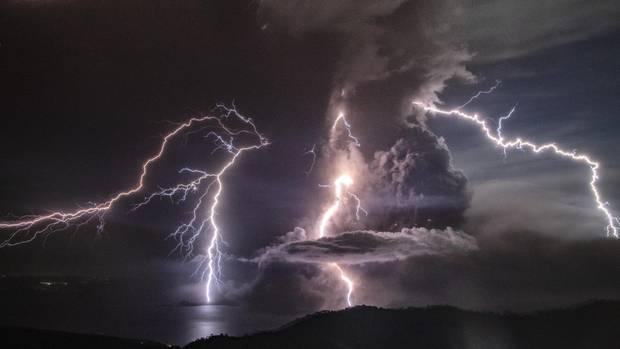 Blitze über dem Vulkan Taal