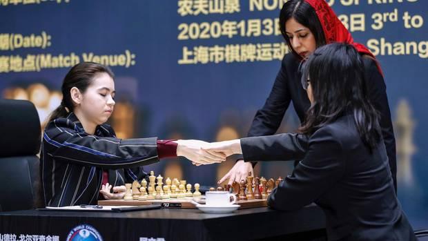 Schach-Schiedsrichterin aus dem Iran mit Kopftuch
