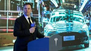 Tesla-Chef Elon Musk präsentiert ein Tesla Model 3
