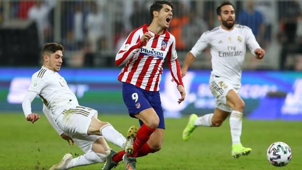 Federico Valverde tritt Alvaro Morata von hinten um und verhindert einen möglichen Siegtreffer Atléticos