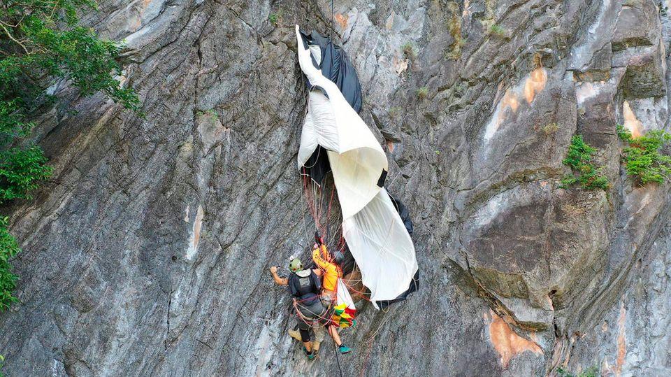 Nach stundenlanger Hängepartie: Ein an einer Felswand in Thailand festhängender Basejumper aus Österreich wird gerettet.