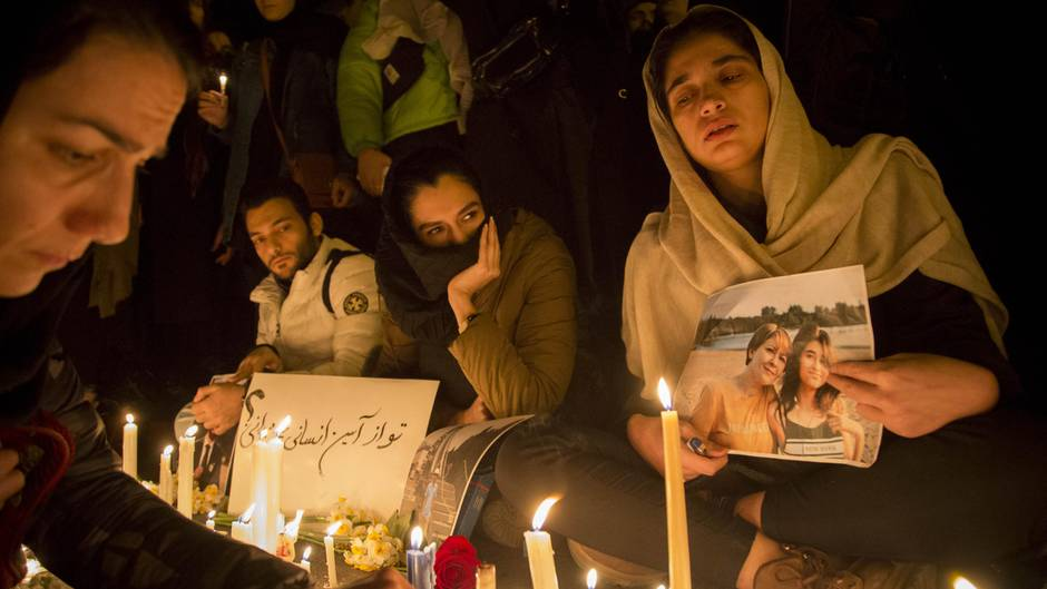 Iraner zünden Kerzen an während einer Mahnwache für die Opfer des Flugzeugabsturzes