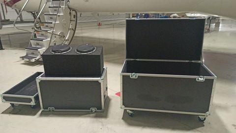 In einer dieser Instrumentenkisten hat Carlos Ghons angeblich Japan verlassen