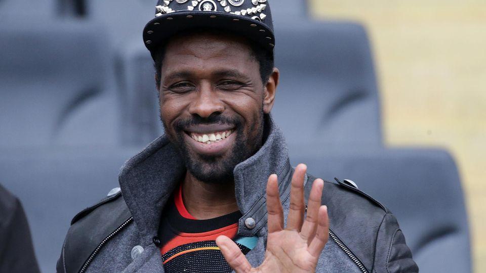 Ex-Bundesligastar Mo Idrissou winkt müde in die Kamera