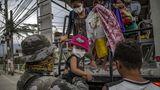 Soldaten unterstützen die Menschen auf der Flucht