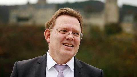Andreas Hollstein von der CDU ist Bürgermeister von Altena in Nordrhein-Westfalen und wurde 2017 Opfer einer Messerattacke
