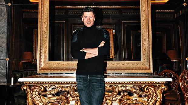 Robert Lewandowski posiert vor einem prunkvollen Tisch