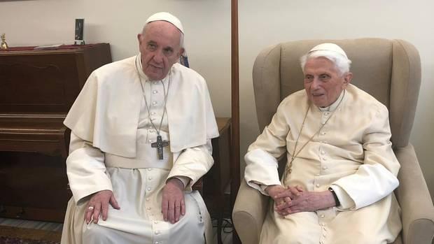 Benedikt XVI., rechts im Bild, gelobte seinem Nachfolger Franziskus bedingungslose Treue
