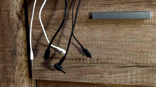 Verschiedene Ladegeräte hängen vor einer Wand