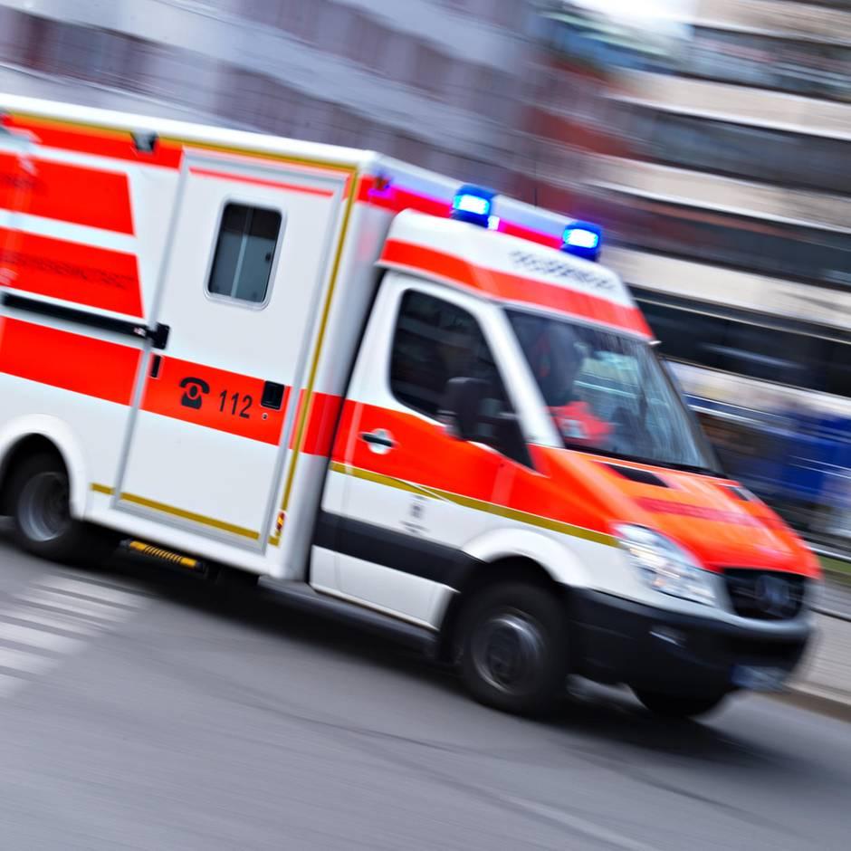 Nachrichten aus Deutschland: 19-Jähriger gerät unter Räder von Lkw und stirbt – er wollte Kollegen beim Rangieren helfen