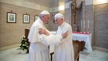 Der amtierende Papst Franziskus und sein Vorgänger Benedikt XVI.