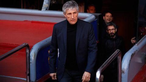 Quique Setien, der neue Trainer des FC Barcelona, betritt den Rasen im Camp Nou, um sich den Medien zu präsentieren
