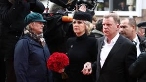 Die Witwe Marion Fedder (Mitte) kommt mit Jörg Pawlik, Produktionsleiter des Großstadtreviers, zur Trauerfeier