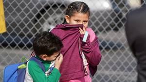 Schlechte Luft: Kinder und Erwachsene erlitten an einer Grundschule in Cudahy südlich der Stadtgrenze von Los Angeles Atemwegs- und Hautreizungen, nachdem ein Flugzeug Kerosine über dem Gebiet abließ.
