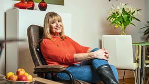 Cindy Berger, 71, zu Hause in ihrer Wohnung in Berlin-Steglitz