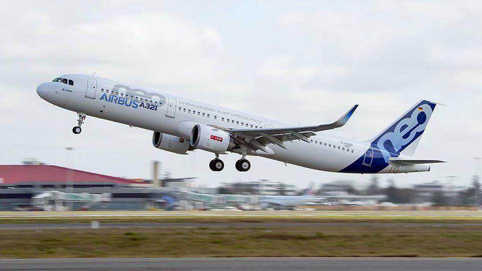 """Ein Airbus A321 neo beim Start: Die Abkürzung """"neo"""" steht für """"new engine option"""", die neuste Triebwerksgeneration."""