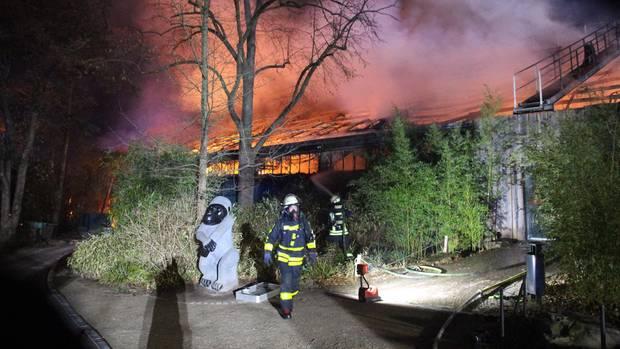 Die Feuerwehr im Einsatz am Krefelder Affenhaus