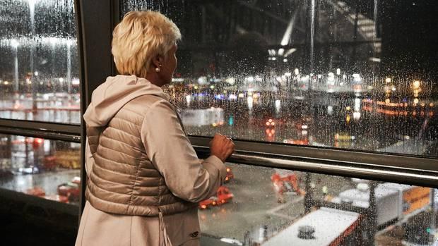 Elina Frizlers Mutter verfolgte die Ankunft ihrer Tochter von der Besucherplattform aus