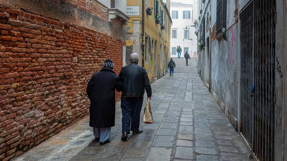Senioren laufen durch Venedig