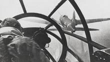 Die Pilotenund der Bordschütze der Heinkel He-111S waren in der ungeschützten Frontkanzel untergebracht.