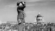 Ein Helferbeobachtet den Luftraum über London.