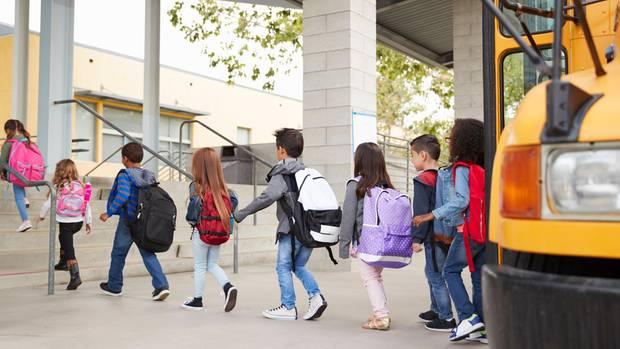 Kinder steigen aus einem Schulbus aus