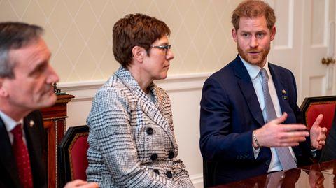 Annegret Kramp-Karrenbauer und Prinz Harry bei einem Treffen in London