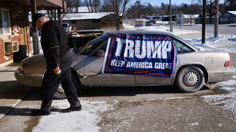 Eine Trump-Flagge hängt in Emmetsburg, Iowa an einem Auto. In Iowa finden die ersten Vorwahlen der Demokraten statt