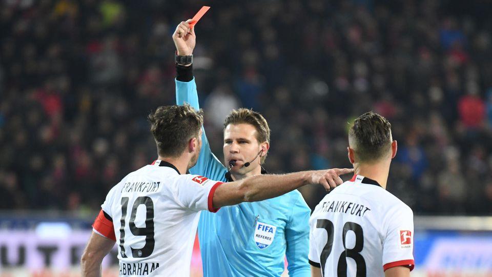 Bundesliga: Schiedsrichter Felix Brych zückt die rote Karte