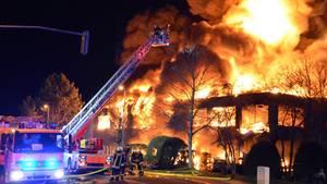 Düsseldorf: Zwei Feuerwehrmänner sind durch Explosionen bei einem Lagerhallenbrand in Düsseldorf verletzt worden, einer davon schwer