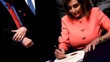 Nancy Pelosi unterzeichnet die Anklageschrift gegen Donald Trump
