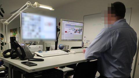 Ermittler der Polizei sichtet Kinderpornografie