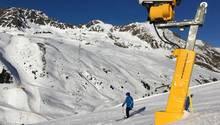 Skifahrer mit Schnekanone