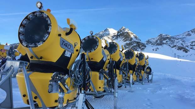 Mit Hightech gegen den Schneemangel, aber Kosten der Umwelt:Schneekanonen am Pistenrand in Österreich
