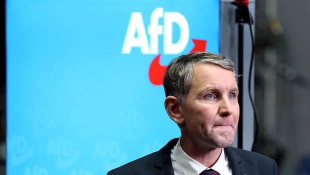 Björn Höcke vor AfD-Emblem
