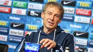 Jürgen Klinsmann bei einer Pressekonferenz von Hertha BSC