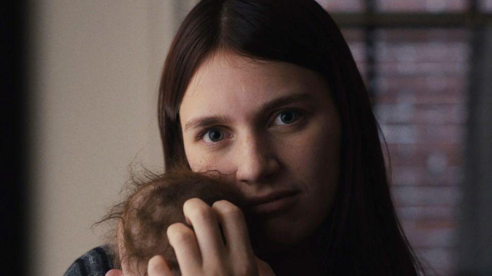 Schüchtern und mit durchdringendem Blick huscht Kindermädchen Leanne durch die schummrigen Gänge der Stadtvilla
