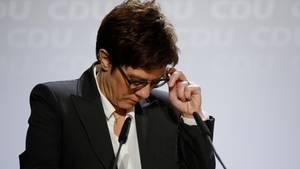 CDU-Chefin Annegret Kramp-Karrenbauer schaut nachdenklich nach unten